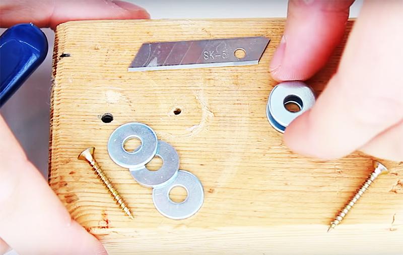 Бутылки можно порезать на полосы для плетения и с помощью обычных ножниц, но процедура это длительная и не самая приятная