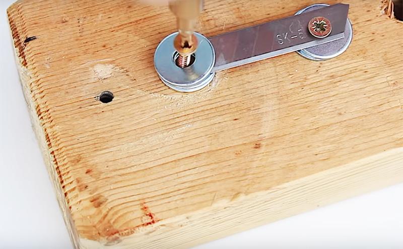 Осталось только зафиксировать второй конец лезвия снова через металлические шайбы – и простой механизм готов к работе