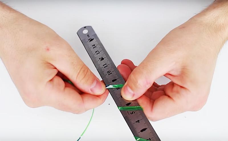 Намотайте пластиковую полосу на шаблон, как показано на фото, соблюдая отмеченное расстояние между витками