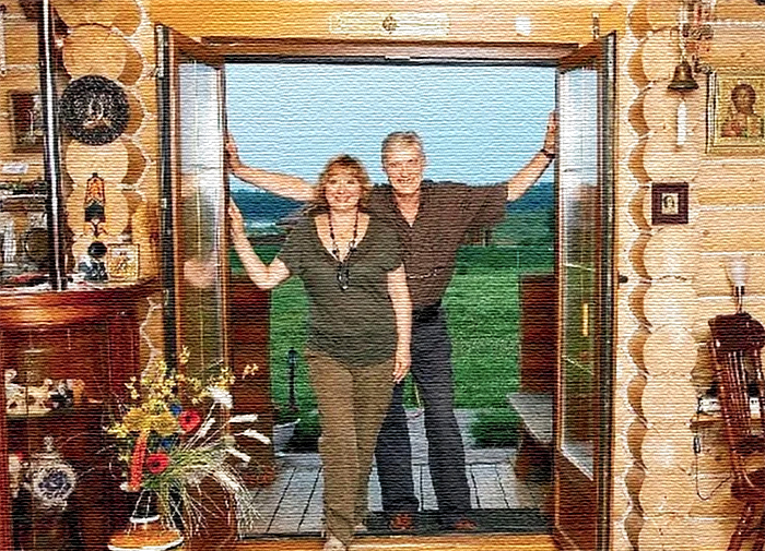 Двери из стекла открывают чудесный вид на водную гладь озера