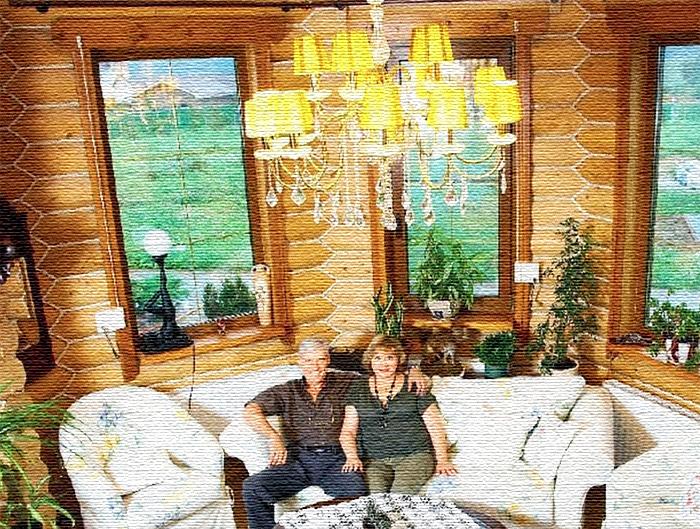 Дом украшают кружевные салфетки на всех столешницах и полочках, а также большое количество цветов