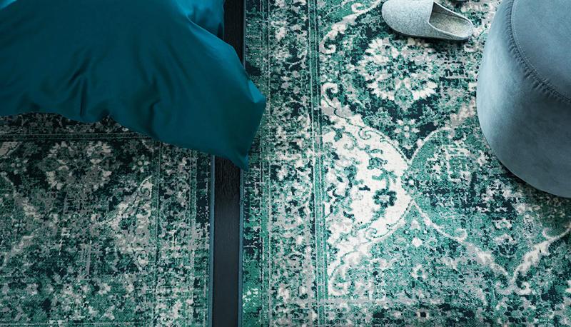 Благодаря низкому ворсу ковёр можно положить около дивана в гостиной или под обеденный стол в столовой