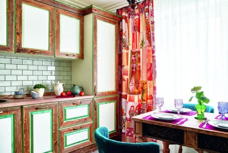 Нежная зелёная окантовка шкафчиков перекликается с натуральным деревом и яркими шторами
