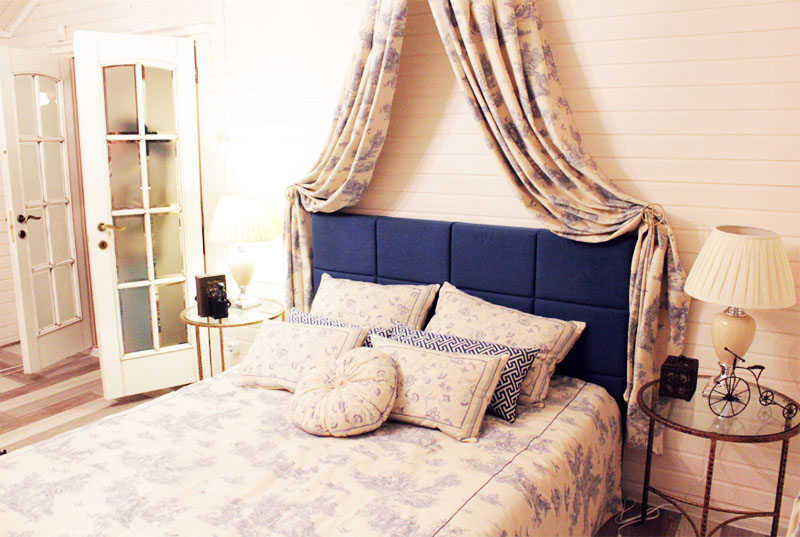 По обе стороны кровати поставили круглые подставки со столешницами из закалённого стекла, на которых нашлось место для классических настольных ламп с тканевыми абажурами