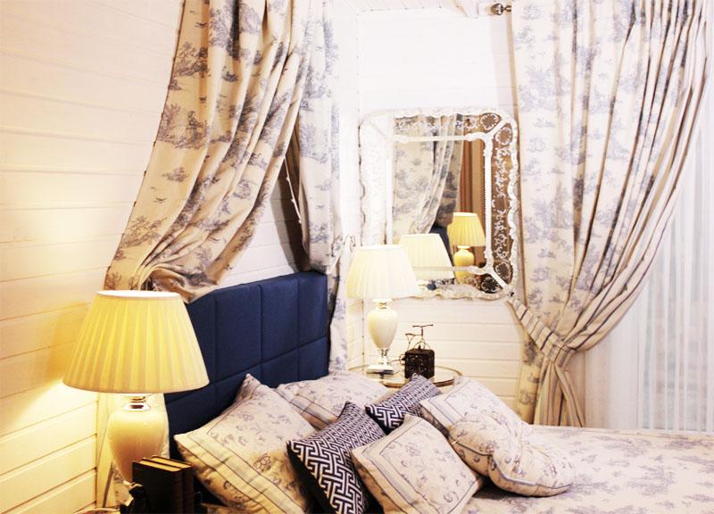 Спальню украшает настоящее венецианское зеркало в ажурной раме