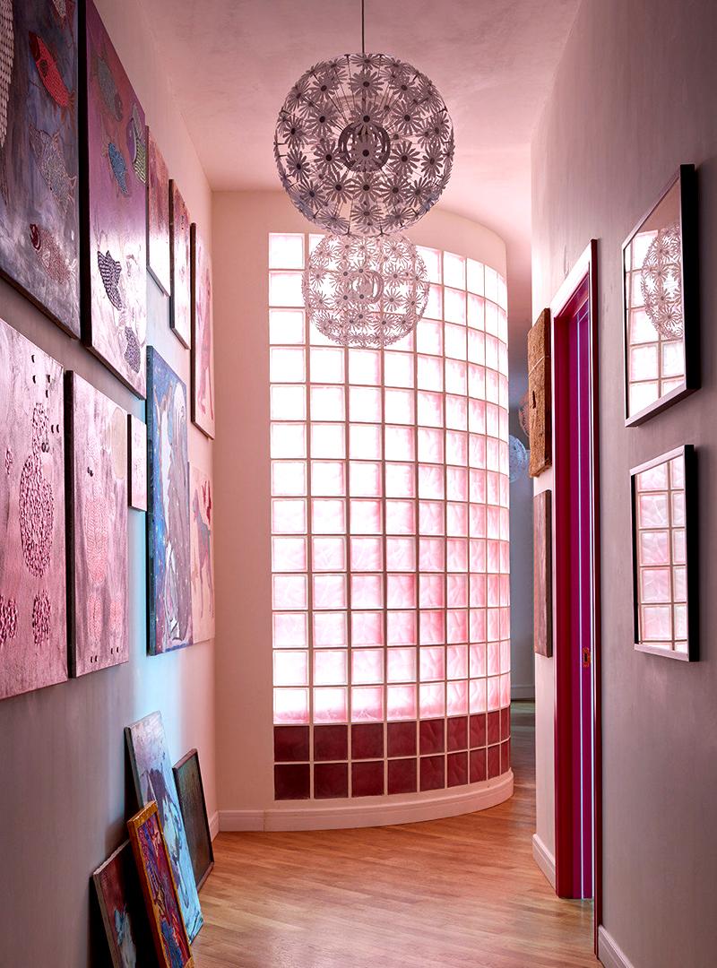 Для того, чтобы установить чашу ванной, перегородку из стеклоблоков перенесли в коридор