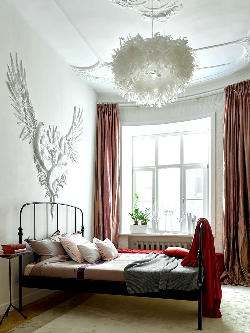 На потолке в спальне сохранилась старая лепнина