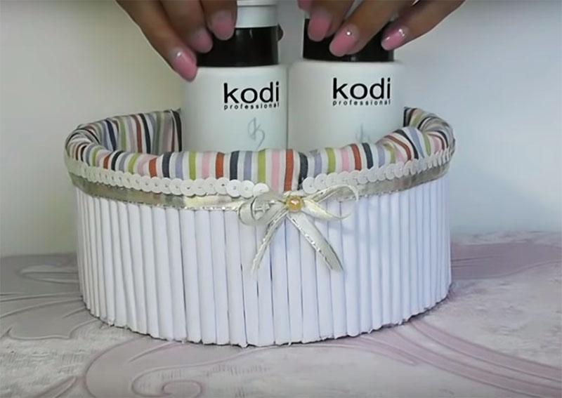 Такая нарядная корзинка украсит ваш будуар: в неё можно поставить баночки с кремом или другую косметику