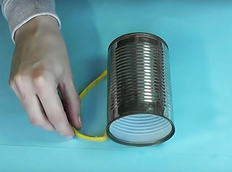 Из проволок и изоленты нужно сделать ручку с изящным изгибом, её можно приклеить горячим клеем