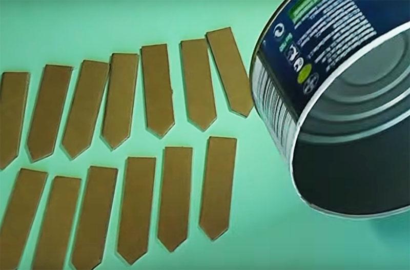 Каждый отрезок картона с одного края заострите так, чтобы было похоже на штакетник