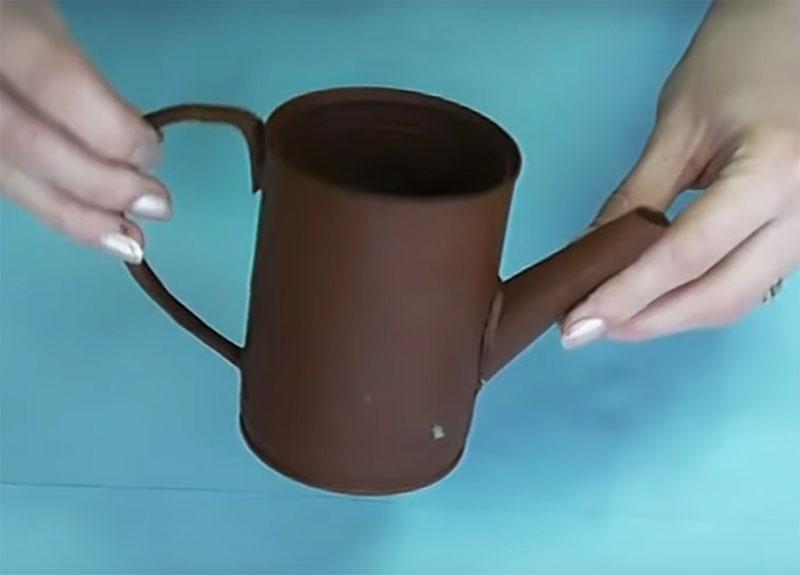 Когда грунтовка покроет всю банку с носиком и ручкой, чайник будет выглядеть цельной конструкцией