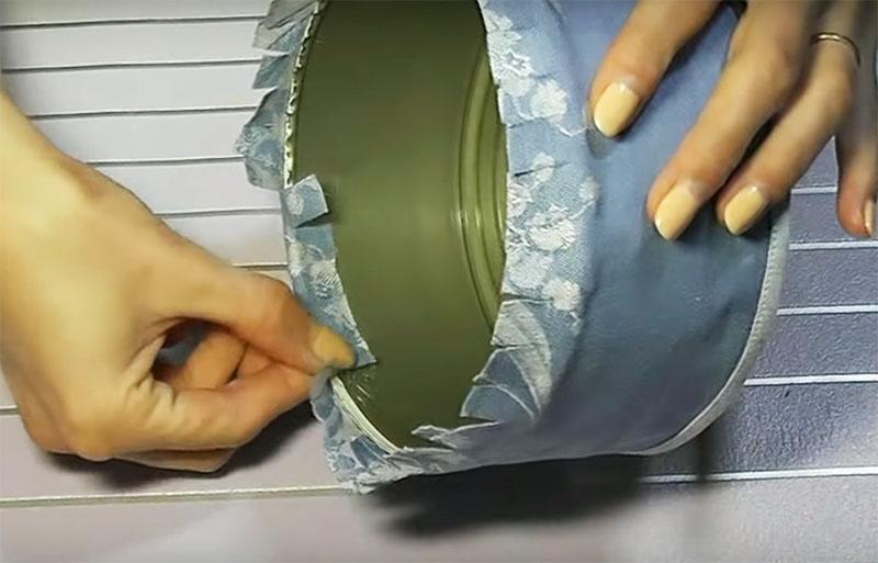 Заверните края ткани и подклейте её горячим клеем к ободку банки