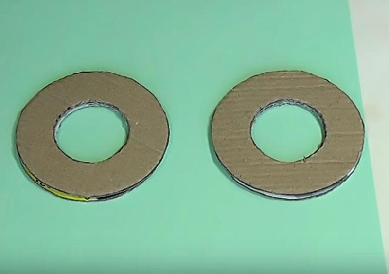 Из тарного картона сделайте два одинаковых кольца диаметром примерно 10-14 см