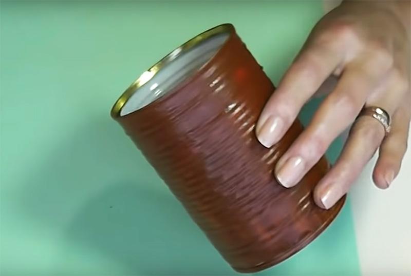 Консервную банку нужно загрунтовать коричневой краской по всей поверхности. Используйте акриловую краску: она хорошо ложится на жесть и не имеет резкого запаха