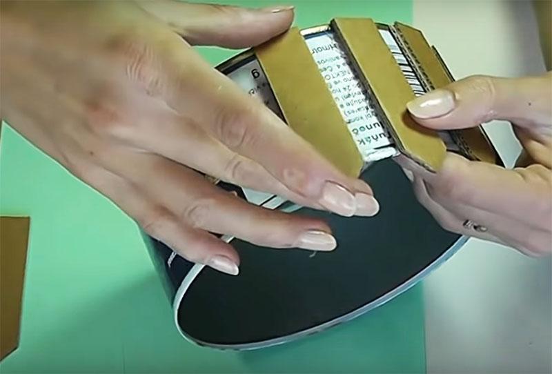 Используя клеевой пистолет, наклейте картонный штакетник на банку с одинаковыми промежутками между деталями