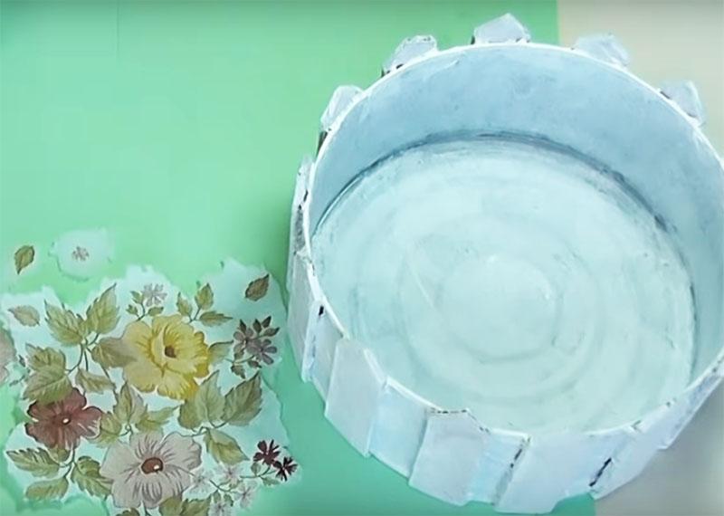 После покройте всю банку базовой акриловой краской и приготовьте салфетки с рисунком