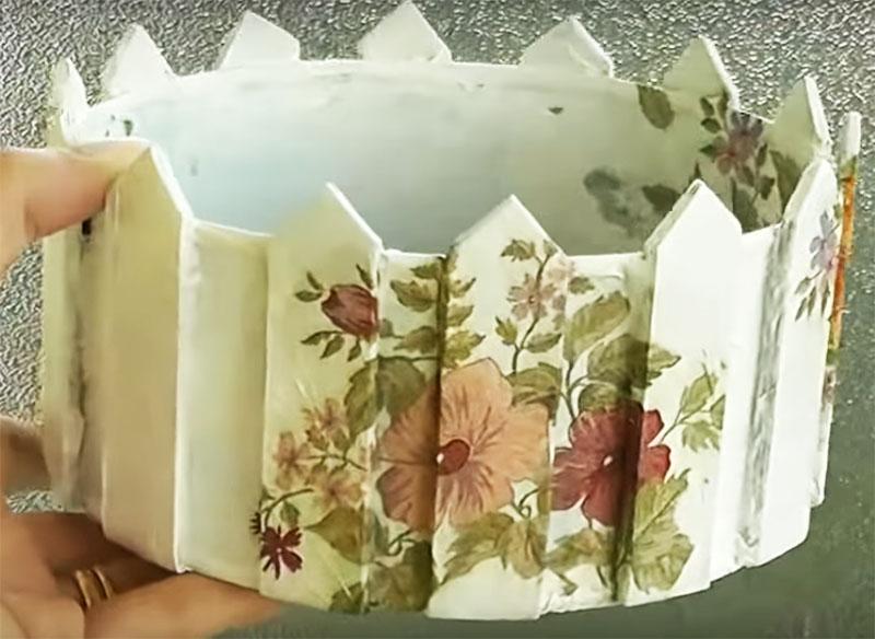 Результатом работы у вас будет вот такое кашпо, в которое можно посадить цветок или использовать его как ёмкость для хранения разных мелочей