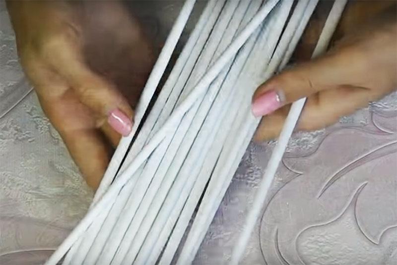 Сделайте побольше таких бумажных трубочек. Даже если вы не используете их все для этой поделки, они пригодятся вам для других творческих работ