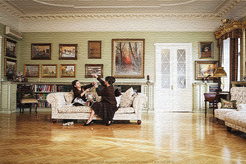 Дверные полотна в верхней части украшены матовыми стеклянными вставками