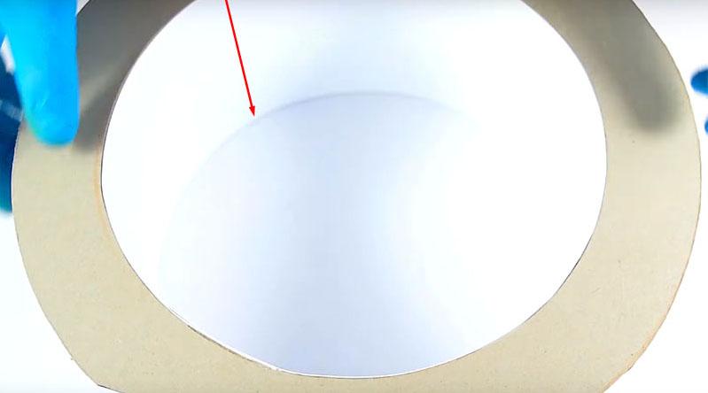 В каждое кольцо вклейте бумажный ободок, ширина которого соответствует ширине основания устройства, то есть стороне компьютерного вентилятора