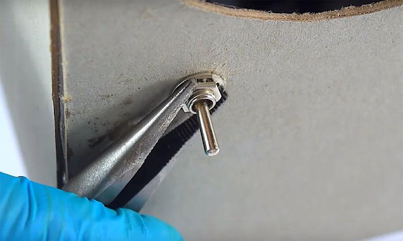 Выведите в боковую стенку переключатель и зафиксируйте его шайбами изнутри и снаружи