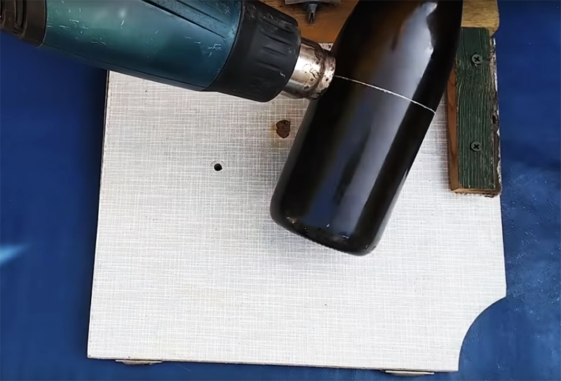 Чтобы бутылка раскололась ровно по прочерченной линии, нужно сначала хорошо нагреть её