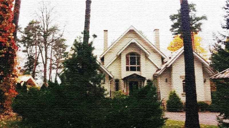 Окна в доме имеют арочную конфигурацию