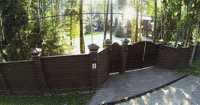 Высокий сплошной забор надёжно охраняет приватный быт владельцев