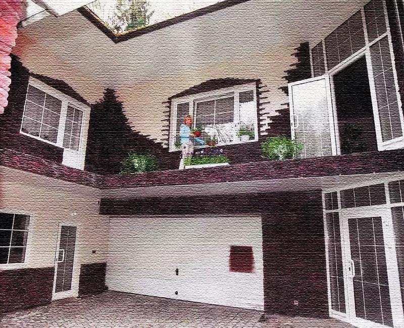 Необычное решение – открытая площадка на втором этаже, украшенная кашпо с цветами