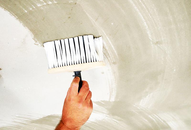 На бетонное основание состав наносится кистью и валиком