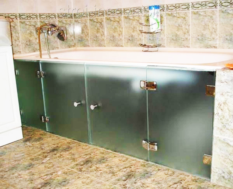 Стеклянные экраны под ванну актуальны для современных интерьеров