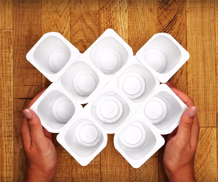 Соберите как можно больше стаканчиков в одно целое, ориентируясь на размеры вашего ящика комода