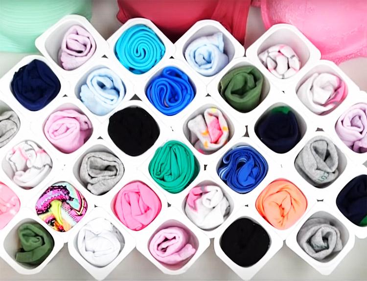 Поставьте конструкцию в ящик комода и заполните органайзер бельём и носками