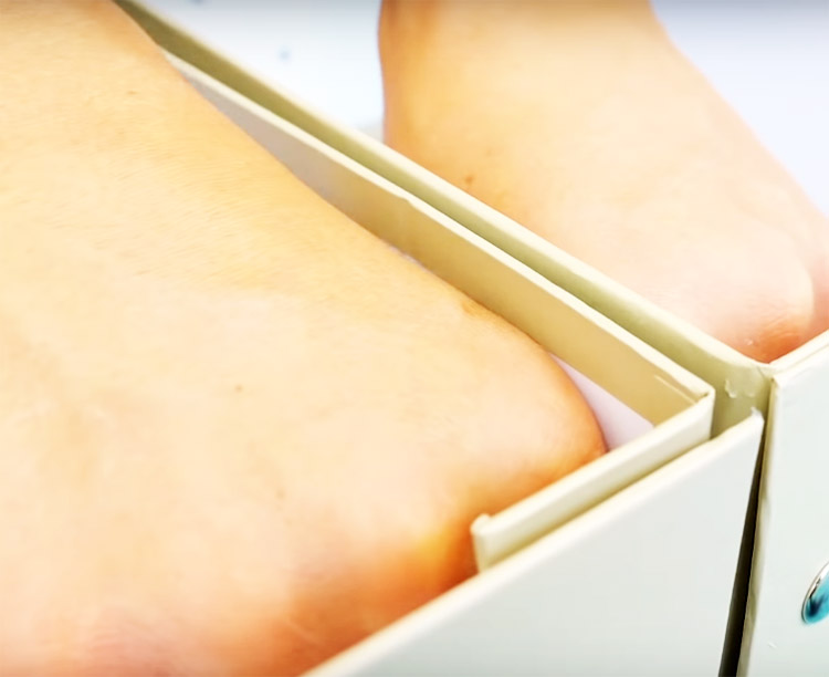 Приготовьте обувные коробки одинакового размера и соедините их между собой с помощью клеевого пистолета