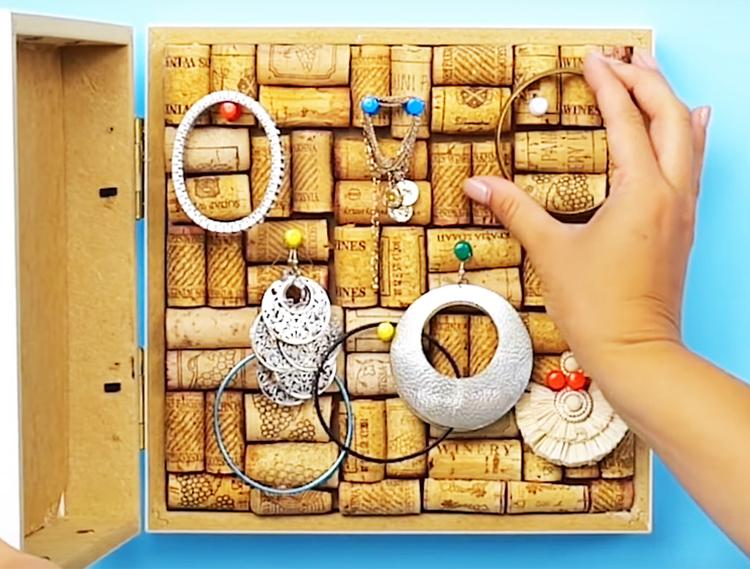 Повесьте рамку на стену и размещайте на ней свои украшения