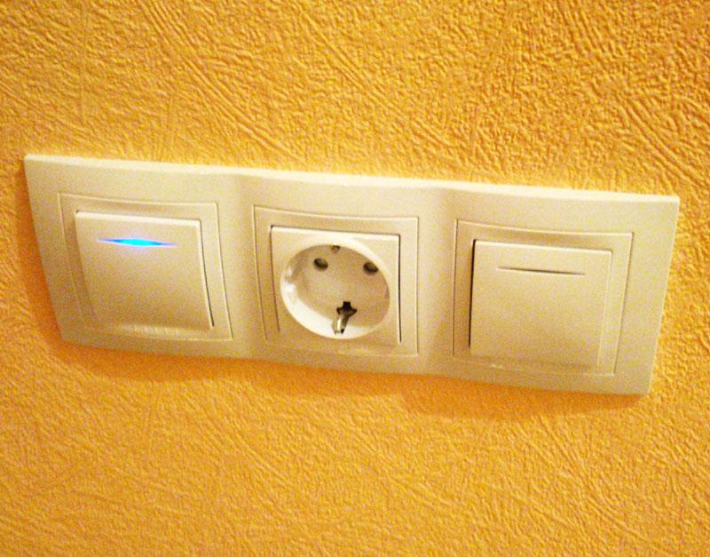Выглядит, как один блок, но это 3 отдельные точки – 2 выключателя и розетка