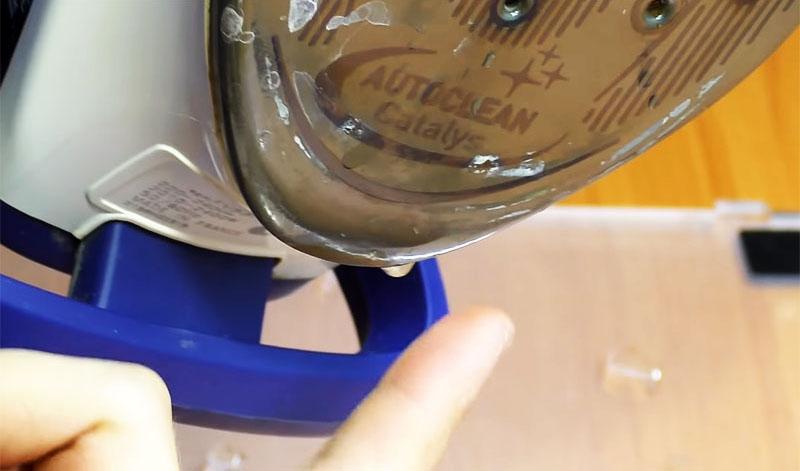 С подошвы утюга моментально начала капать вода