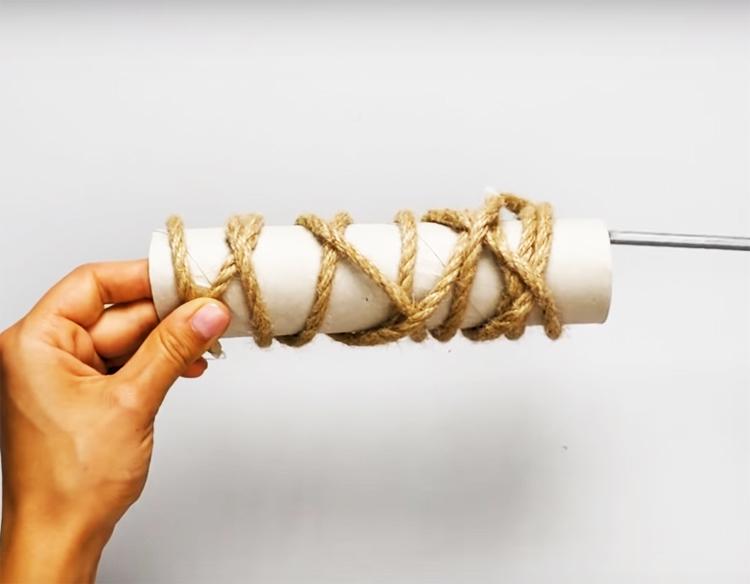 Оберните тубу верёвкой и закрепите её концы горячим клеем