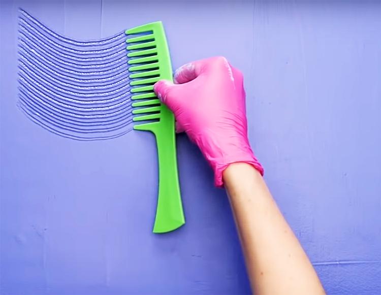 Пока краска не высохла, прижмите расчёску и проведите волнистую линию