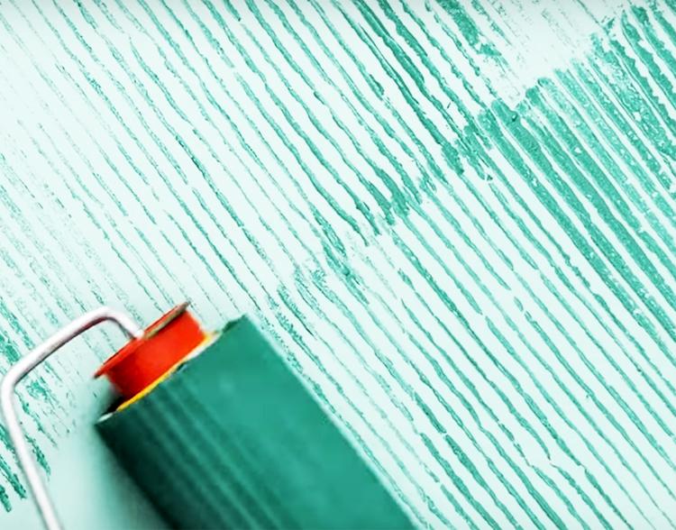 Сначала нанесите слой контрастной краски, вращая валик в одном направлении, чтобы получились полосы