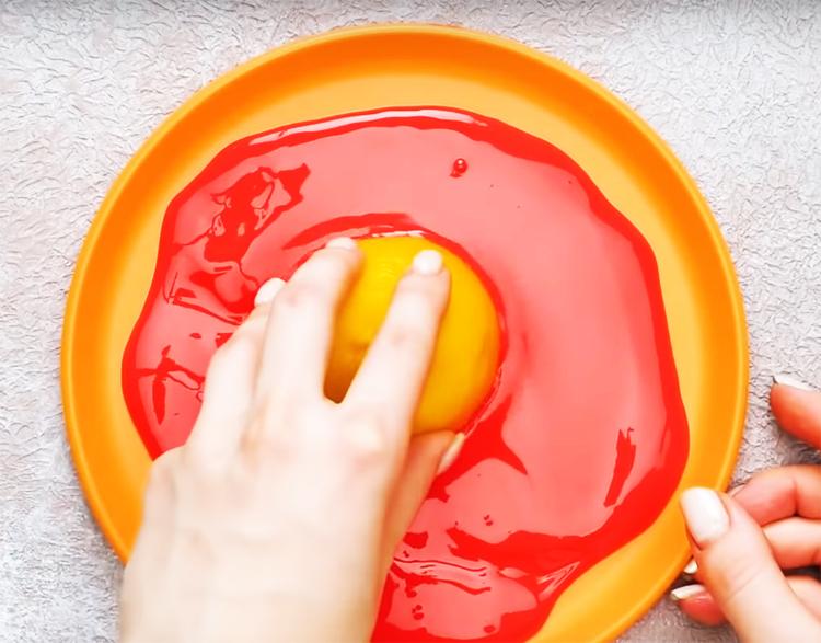 Возьмите обычный лимон и разрежьте его пополам