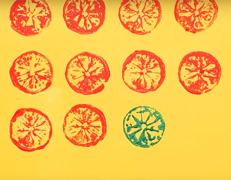 Нанесите отпечаток на стену, можно использовать краски разного оттенка
