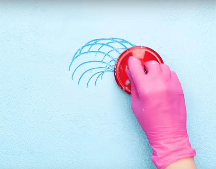 Прижмите к стене массажёр и, не отрывая его от поверхности, прочертите окружность