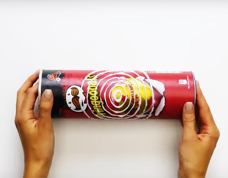 На коробке горячим клеем нарисуйте кольца с расстоянием примерно 1-2 сантиметра