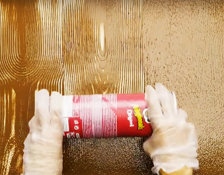 Нанесите на стену два слоя краски: светлый тон будет первым, а коричневый – вторым