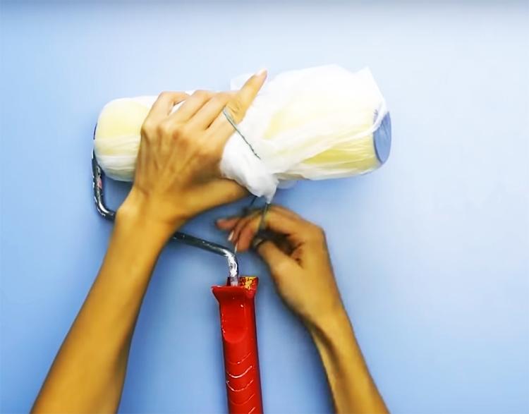 Оберните малярный валик пакетом и закрепите его резинкой