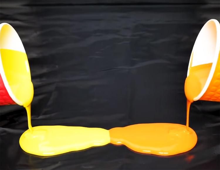 На куске полиэтилена смешайте две краски жёлтого и оранжевого цвета
