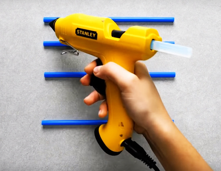 Используя термоклей, сделайте решётку из трубочек