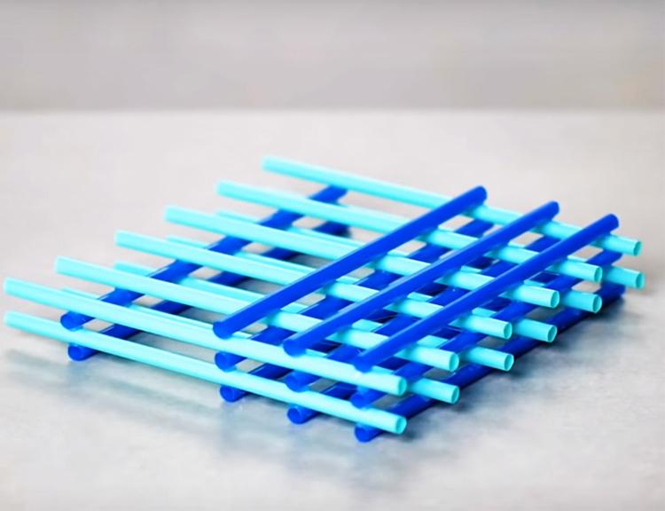 Сложите решётку из нескольких слоёв трубочек, укладывая их ровно один на другой