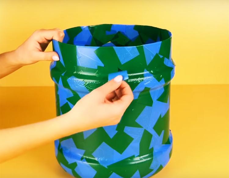 Декорировать бутыль можно чем угодно: джутом, красками, плёнкой или, как это сделали авторы, кусочками цветного скотча